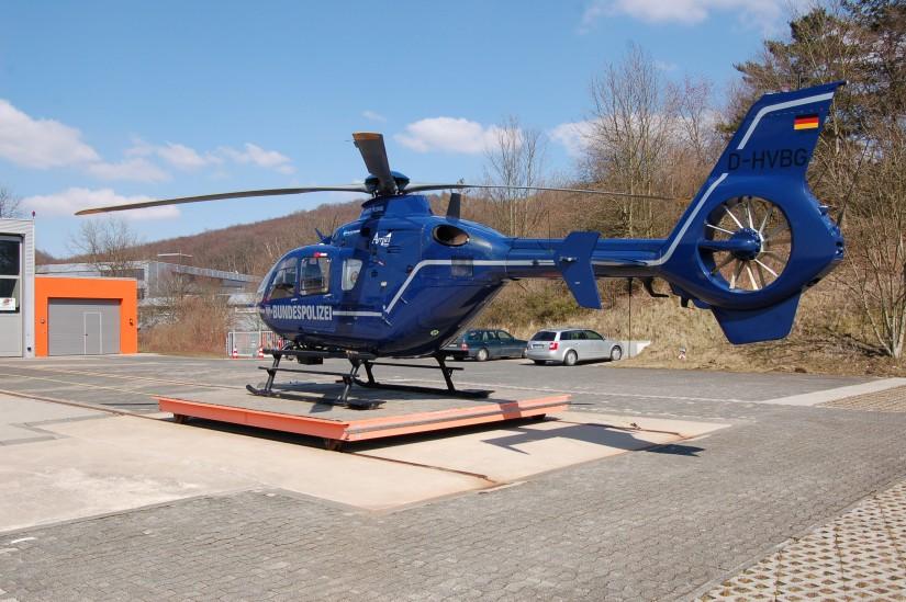 """Am 1. April 2013 half diese blaue EC 135 T2i aus Gifhorn in Bielefeld aus – sie ist gut als """"Christoph 13"""" zu erkennen"""