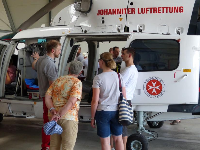 """Pilot Jan Sobick erklärt den vielen Gästen geduldig die technischen Einzelheiten der AS 365 N3 """"Dauphin"""""""