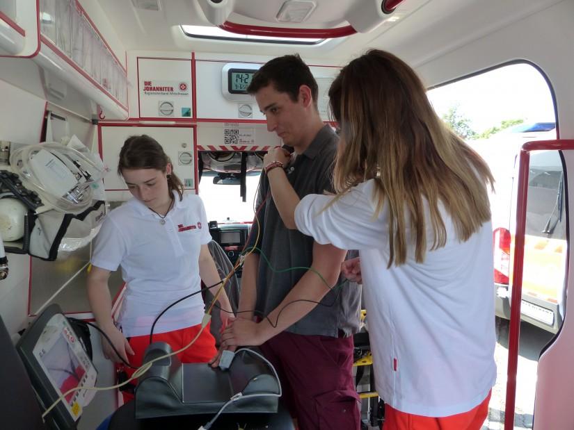 Auch Rettungs- und Krankentransportwagen gab es beim Tag der offenen Tür der Johanniter Luftrettung zu sehen – wer einen Blick hineinwarf, wurde zudem kompetent beraten