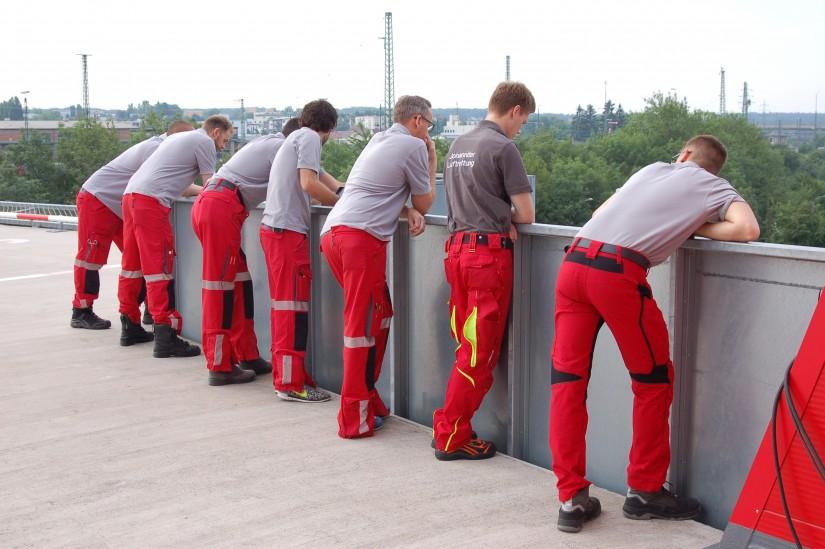 Ein schöner Rücken kann entzücken – wie viele Rücken können dann noch mehr entzücken? Crewmitglieder überzeugen sich vom Ansturm auf das Johanniter-Luftrettungszentrum