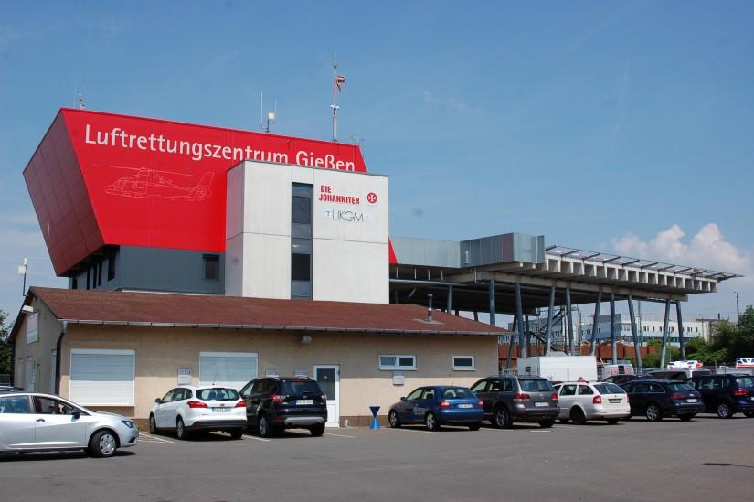 Auffälliger geht es wohl kaum: das im Juli 2014 offiziell in Betrieb genommene Johanniter-Luftrettungszentrum Gießen