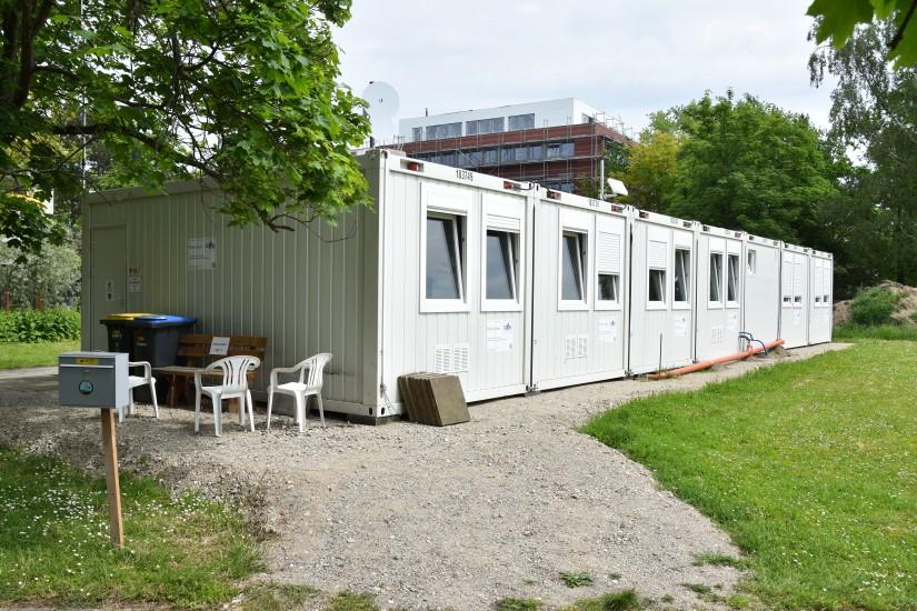 Die Crew ist interimsweise in einem Containerdorf nur wenige Meter vom Landeplatz entfernt untergebracht