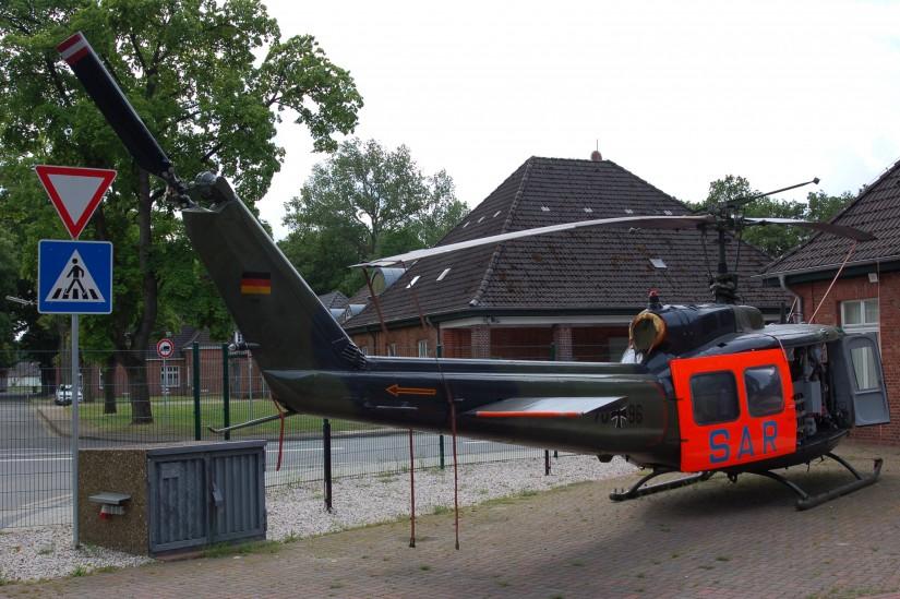 Im Metropolpark Hansalinie im niedersächischen Ahlhorn steht vor dem Museum der Traditionsgemeinschaft Fliegerhorst Ahlhorn eine mustergültig restaurierte Bell UH-1D in SAR-Konfiguration