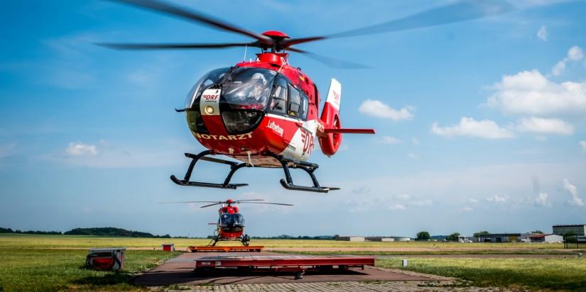 """An der Station Halle der DRF Luftrettung sind gleich zwei Hubschrauber stationiert: """"Christoph Sachsen-Anhalt"""" (H145) und """"Christoph Halle"""" (H135)"""