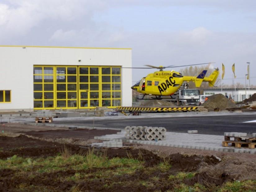 """2007 wurden """"Christoph Leipzig"""" (hier zu sehen die BK 117) wie auch """"Christoph 61"""" auf der eigens dafür errichteten Doppelstation der ADAC Luftrettung in Schkeuditz-Dölzig stationiert"""
