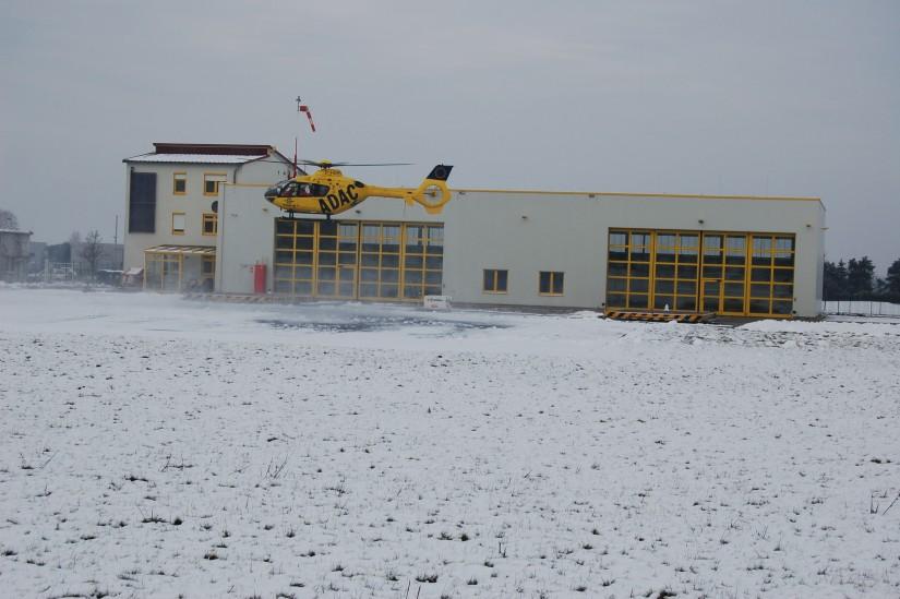 """Mitte Dezember 2008 landet der RTH """"Christoph 61"""" an seiner vor rund einem Jahr fertig gestellten neuen ADAC-Luftrettungsstation"""