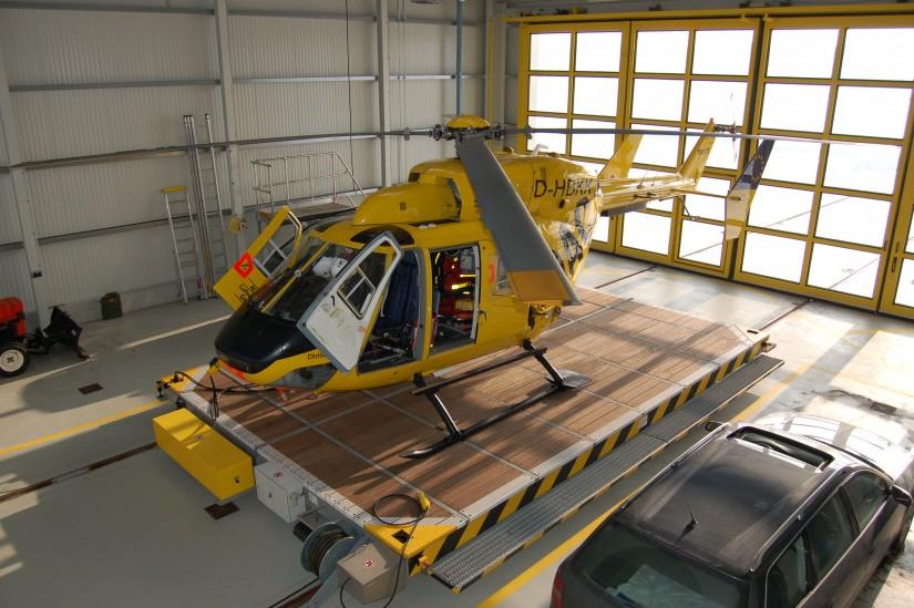 """Anfang Januar 2009 steht der ITH """"Christoph Leipzig"""" (eine BK 117 mit der Kennung """"D-HBKK"""") vor Wind und Wetter geschützt in seinem Hangar"""