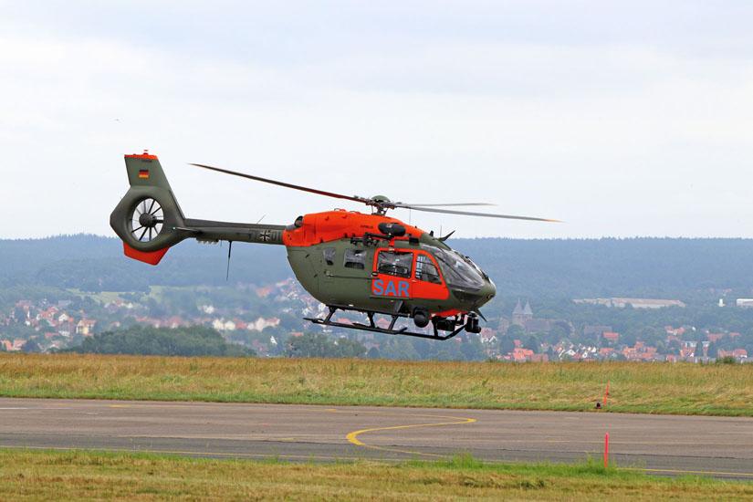 Der neue SAR-Hubschrauber vom Typ H145 LUH-SAR startet zum Formationsflug.