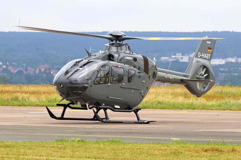 Der General der Heeresflieger und Kommandeur des Kommandos Hubschrauber, Brigadegeneral Ulrich Ott wird von einer durch die ADAC-Luftfahrttechnik betriebenen EC 135 T3 am Festort abgesetzt.