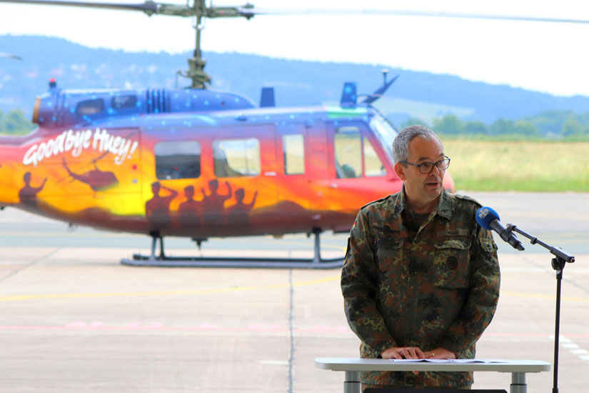 Ist früher selbst als Staffelkapitän die Bell UH-1D geflogen: Inspekteur des Heeres Generalleutnant Alfons Mais während seiner Ansprache.