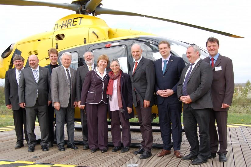 """Ende April 2013 wurde die renovierte ADAC-Luftrettungsstation """"Christoph 18"""" feierlich wiedereröffnet – mit von der Partie Ernst Freier (ganz links außen)"""