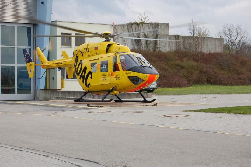 """""""Christoph 32"""" startet im April 2012 zu einem Notfalleinsatz (hier gut zu sehen: die ZRF-München-Beklebung der Back-up-Maschine)"""