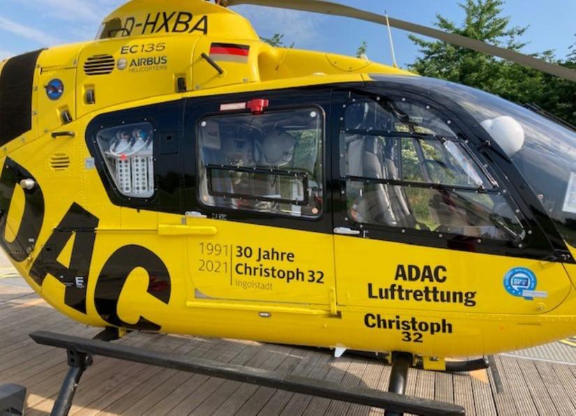 Für den Jubiläumsaufkleber wurde das Logo des Bayerischen Roten Kreuzes auf den Patientenraumtüren der H135 entfernt