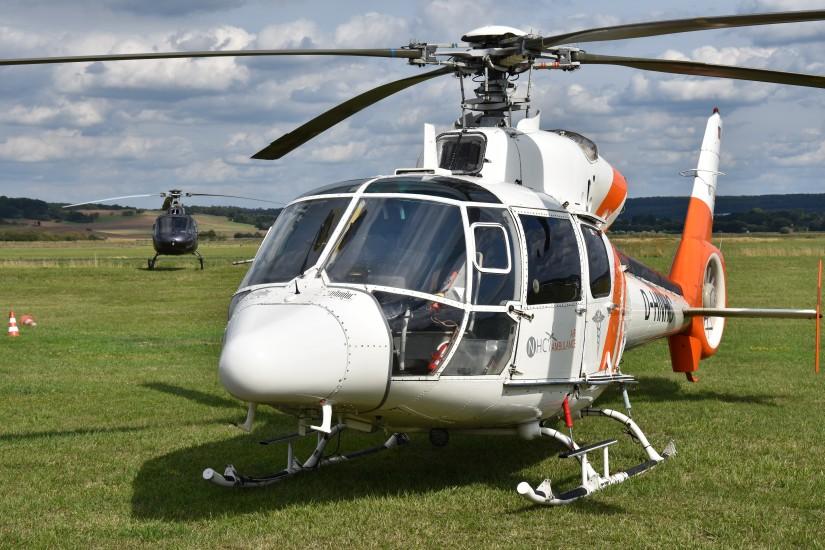 """Eine nahezu baugleiche Maschine flog noch bis 2019 in Diensten von NHC Northern Helicopter als Ambulanzhubschrauber (hier ist die """"D-HNHC"""" in Reichelsheim zu sehen)"""