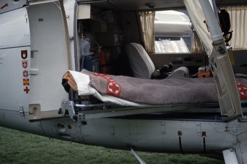 """Das Besondere an der """"Dauphin"""": der Notfallpatient lag quer zur Flugrichtung und konnte von Notarzt und HEMS TC komplett überwacht werden"""