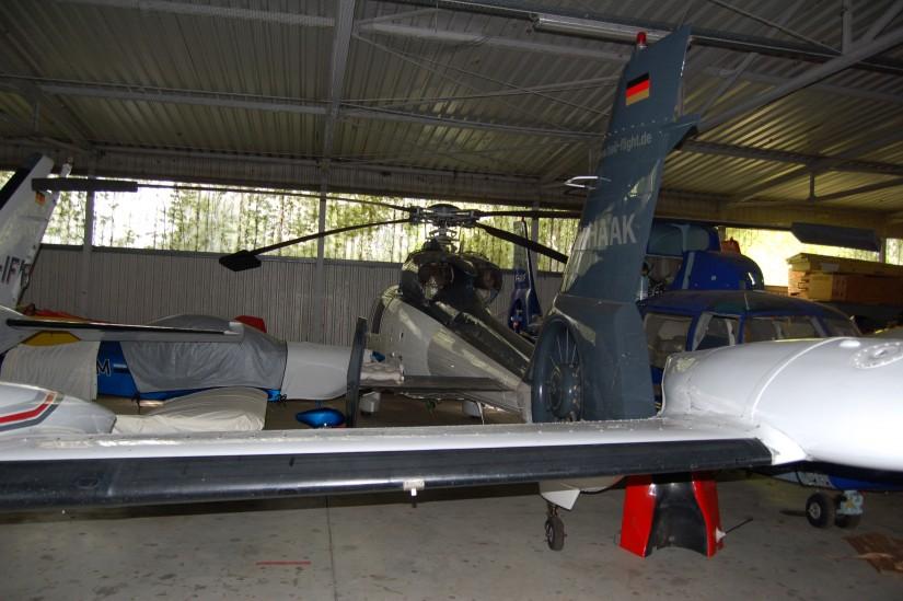 """Im Sommer 2015 stand die """"D-HAAK"""" in einem attraktiven blaugrau-weißen Kleid abgestellt inmitten von Flächenflugzeugen"""