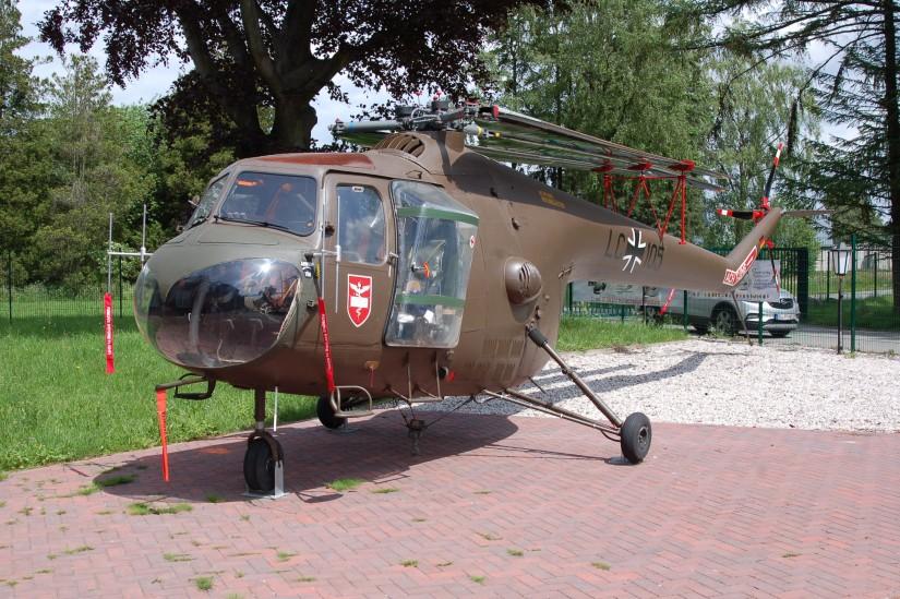 """Vor dem Museum stehen zwei Großexponate als Eyecatcher: zum einen die erst kürzlich restaurierte Bristol 171 Sycamore """"LC-105"""" in der Bemalung, wie sie 1964 auf den Fliegerhorst Ahlhorn kam, ..."""
