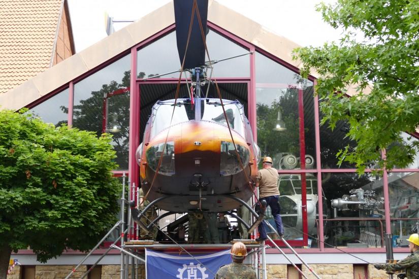 """Maßarbeit: Damit die """"Goodbye Huey"""" ihren neuen Platz im Hubschraubermuseum einnehmen konnte, bedurfte es des Fingerspitzengefühls bei allen Beteiligten"""