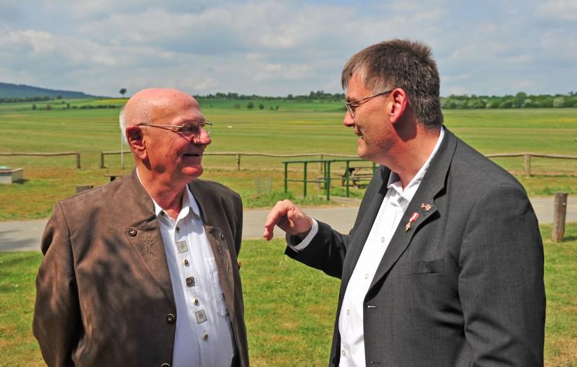 Hans-Werner Feder im Gespräch mit dem Autor (die Aufnahme entstand im Mai 2018 am Flugplatz Wehrheim-Anspach)
