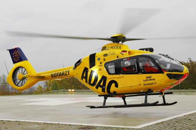 """Im Juni 2015 bekam die ADAC-Luftrettungsstation Straubing die erste H135 – """"Christoph 15"""" ist mit einer Rettungswinde ausgestattet (Aufnahme aus dem Oktober 2018)"""