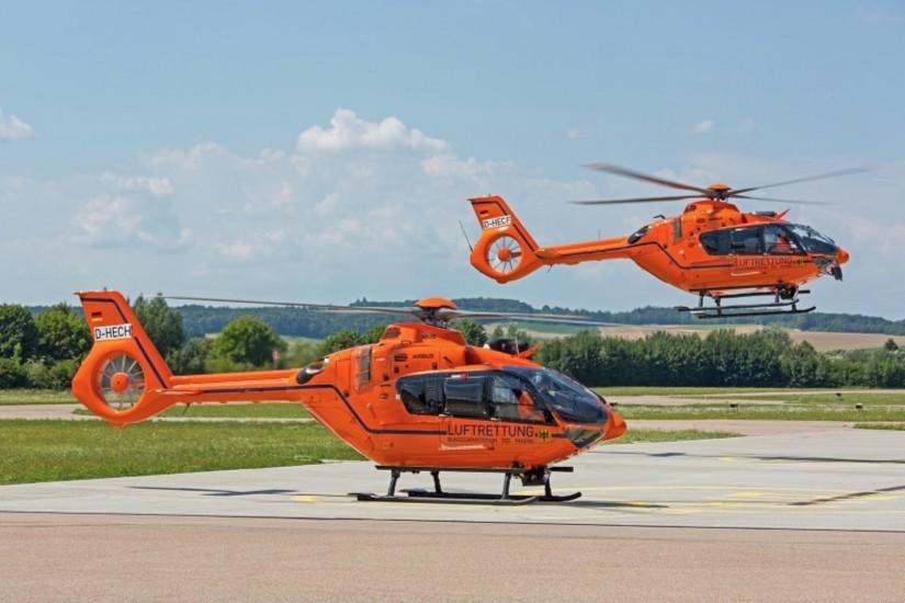 """Im Sommer 2018 starten die beiden neuen H135 """"D-HZSQ"""" und """"D-HZSR"""" gemeinsam zum Fly-Out vom Werksheliport von Airbus Helicopters in Donauwörth"""