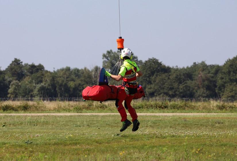 Aufwinchen eines Flugretters mit Bergesack (und Dummy anstelle eines Patienten) im Zuge der Windenvorführung
