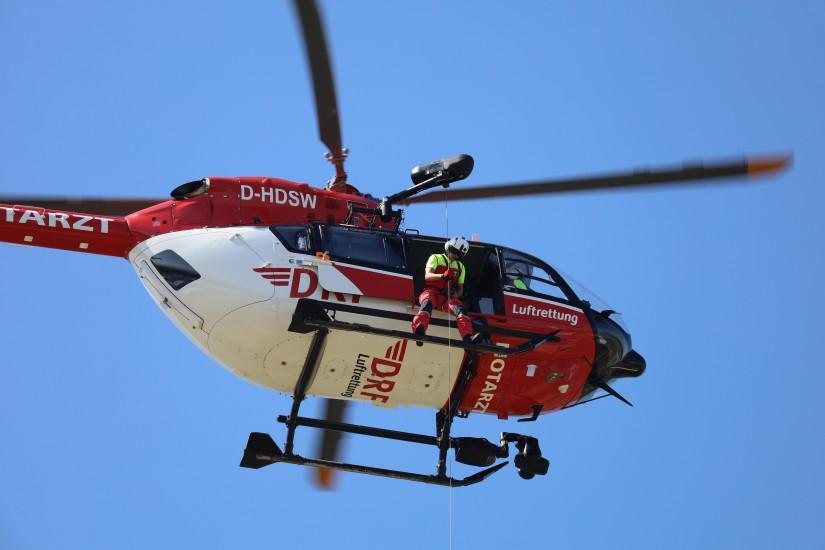 Ein Hubschrauber der DRF Luftrettung mit Seilwinde, hier eine H145 bei einer Flugvorführung