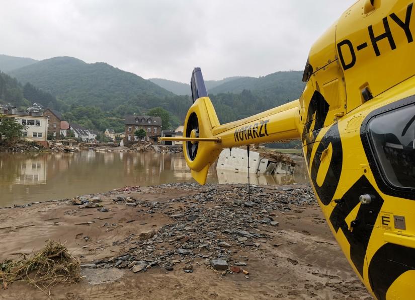 Rettungshubschrauber im Katastropheneinsatz: Die ADAC Luftrettung hatte mitgeteilt,  dass allein ihre Rettungshubschrauber bei der Flutkatastrophe insgesamt mehr als 200 Rettungseinsätze geflogen seien, davon 111 (!) Windenrettungen