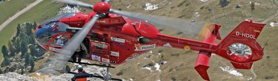 Der AAD betreibt seit 2004 eine EC 135 T2, hier bei einer Windenrettung im Gebirge