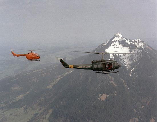 Die gute Zusammenarbeit mit dem Bundesgrenzschutz stärkte dem System der Katastrophenschutz-Hubschrauber gerade zu Beginn den Rücken. Hier BGS-Bell und KatS-BO gemeinsam vor grandioser Kulisse
