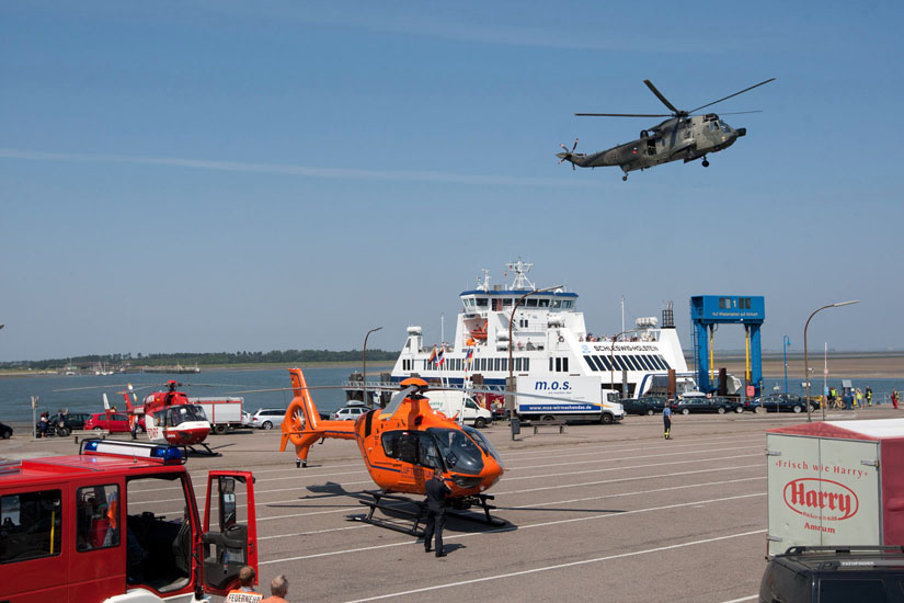 Wenngleich SAR-Hubschrauber und zivile Rettungshubschrauber öfters gemeinsam im Einsatz stehen, unterscheiden sie sich doch in Beladung, Besatzung und Auftrag