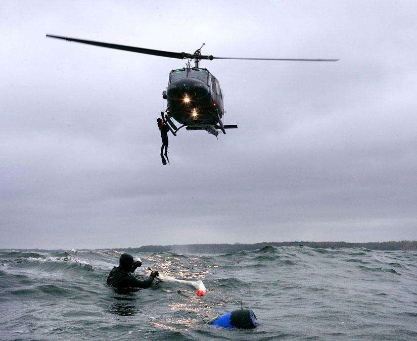 Bundeswehr-Hubschrauber bei Seenotrettungsübung