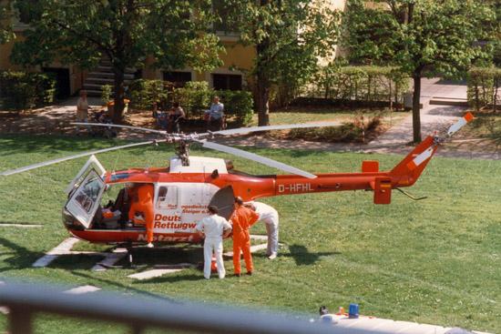 """Wie bei fast allen zivilen Betreibern war die BO 105 auch bei der DRF jahrzehntelang das """"Arbeitspferd""""; hier noch im alten Design die D-HFHL als Christoph 18 an der Uniklinik Würzburg"""
