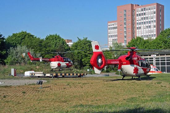Vielerorts standen ab Ende der 1990er Jahre Wechsel des Hubschraubermusters an. Die Umstellung von BO 105 auf EC 135 soll 2008 abgeschlossen sein. Hier Wechsel in Karlsruhe, 2007