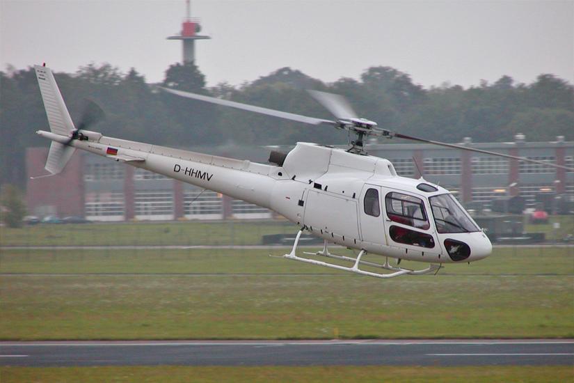 Der Hubschrauber mit der Kennung D-HHMV von FJS hebt in Trollenhagen vom Boden ab
