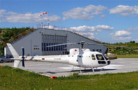 Ein Hubschrauber des Typs AS 350 BA von der Fa. FJS, hier im Einsatz am Krankenhaus Güstrow