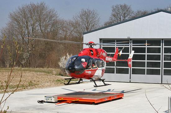 """EC 145 als """"Christoph München"""" vor dem neuen Hangar. Start zum Primäreinsatz."""