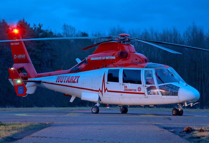 """Weist bereits die Johanniter Luftrettung prominent als neue """"starke Marke"""" aus: Hubschrauber der Heli-Flight (mit kleiner Heli-Flight-Kennzeichnung am Heck)"""