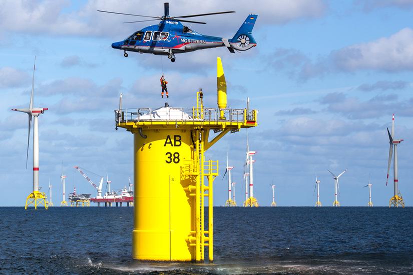 NHC Offshore-Rettungshubschrauber sind mit einer Winde zum Winschen der medizinischen Crew (Notarzt und Notfallsanitaeter) und der Patienten ausgestattet