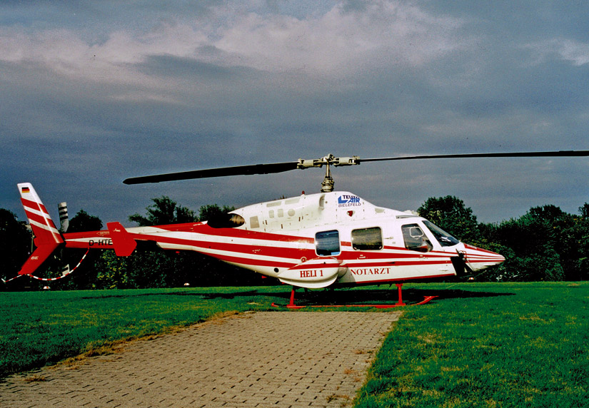 "Bell 222 ""D-HTEN"" der Teuto Air im Luftrettungseinsatz am Krankenhaus Hamburg-Altona (undatiert)"