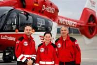 Das Leitungsteam von �Christoph Nürnberg� freut sich über das 25-jährige Jubiläum: (v.l.) Der leitende Notfallsanitäter Alexander Schuricht, die leitende Notärztin Dr. Nicole Zederer sowie Pilot und Stationsleiter Wilhelm Pfitzinger vor ihrem ITH