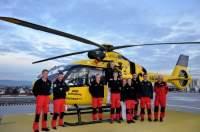 """Das Team des RTH """"Christoph 15"""" vor seiner neuen H135 mit Rettungswinde (die Aufnahme entstand anlässlich des Festaktes """"40 Jahre RTH-Station Straubing"""" am 24. November 2017)"""