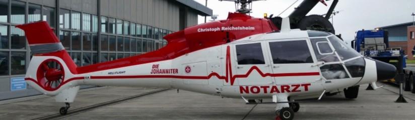 """Am 12. Mai 2021 steht die rotorblattlose """"D-HAAK"""" vor einem Hangar des Internationalen Hubschrauberausbildungszentrums in Bückeburg"""