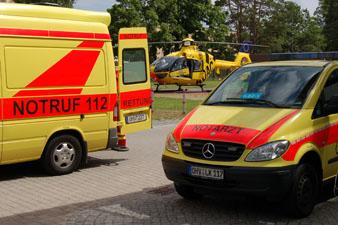 Ein Rettungswagen vom DRK im Einsatz bei einem Verkehrsunfall