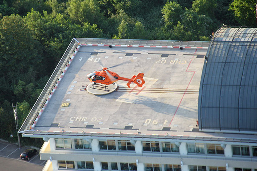Rettungshubschrauber-Station auf dem Dach einer Unfallklinik, hier Frankfurt / Main