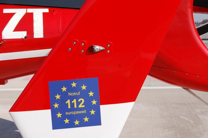 Hinweis auf Euronotruf 112 auf dem Heckausleger eines deutschen Intensivtransporthubschraubers