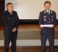 Dankesurkunden: Oberbranddirektor Farrenkopf (li.) und Oberstarzt Dr. Philipp