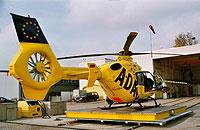 Einsatzklar steht die Maschine auf der Landeplattform; im Hintergrund der Hangar