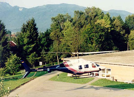 """Die """"D-HUKM"""" im Landeanflug auf die BG-Unfallklinik Murnau.  Im Hintergrund die Unterkunft der Besatzung"""