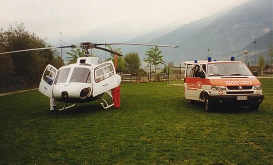 April 2000: Eine AS 350 der TeutoAir bei einer Patientenrückholung in der Nähe von Bozen